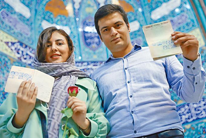 一對男女選民在德黑蘭投票。