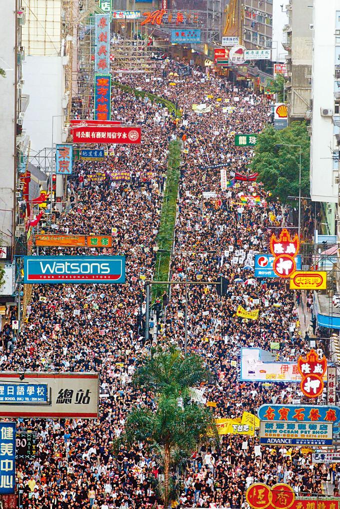 民陣於二○○三年為反對二十三條立法而於七月一日首次主辦遊行,當年人數聲稱達五十萬人。