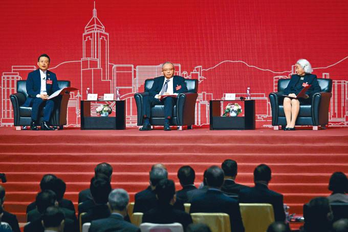 港區人大代表陳勇(左),全國港澳研究會副會長劉兆佳(中),前基本法委員會副主任梁愛詩在論壇上發言。