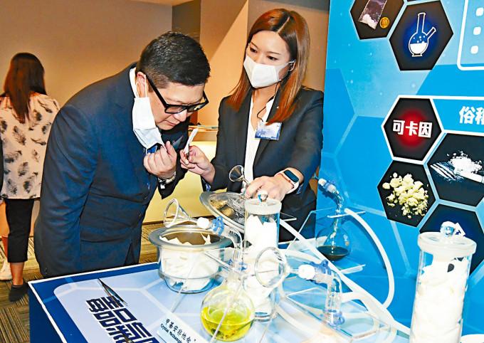 警務處處長鄧炳強出席「六一六毒品調查科禁毒講座」撐場,並親身體驗仿製毒品氣味。