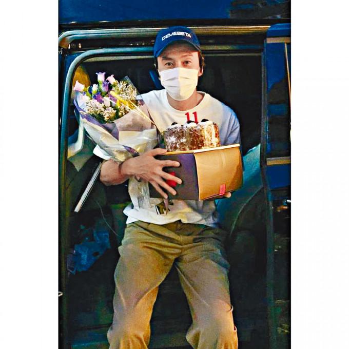 光洙在拍攝最後一集《RM》後,獲團隊送上花束與蛋糕。