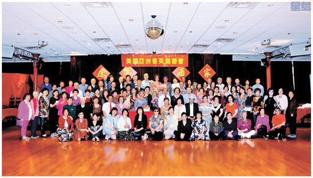 亞洲耆英慈善會疫情後第一場會員聚會,圖為與會者大合照。并為2021年上半年生日的會員派生日利是、喜切生日蛋糕等。姜家譽攝影