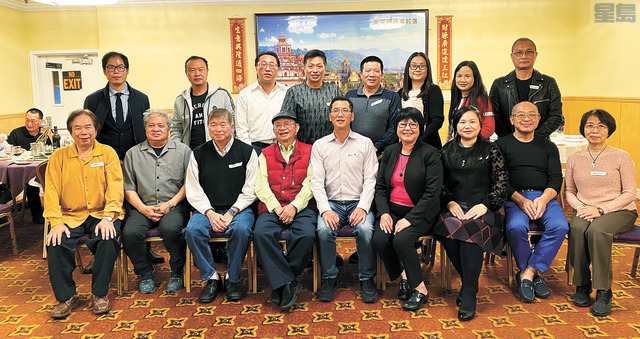 AEA新屆會長何華斌(前排中)及新屆理事,與滿任會長李文華(前排右四)及滿任理事,與歷任會長合照。葉坤玲攝
