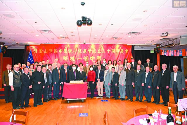 中領館官員、僑界嘉賓、統促會全體常務理事、職員上台喜切20週年紀念蛋糕。馬紅兵攝