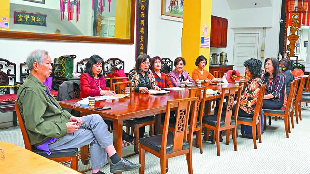 圖為:中華總會館主席團和中華慧妍總會首長在新聞發布會上商討獎學金頒發相關事。黃偉江攝
