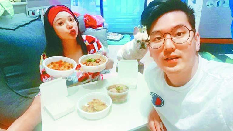 ■小甜甜與老公開心感謝黃 子佼請吃晚餐。 網上圖片