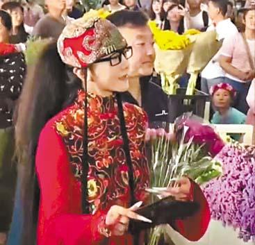楊麗萍在逛花市。 網上圖片