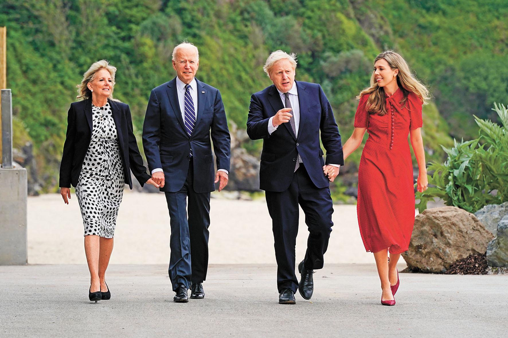 英國首相約翰遜夫婦(右二及右一)10日在英格蘭度假勝地卡比斯灣,歡迎美國總統拜登及夫人吉爾(左二及左一)。美聯社