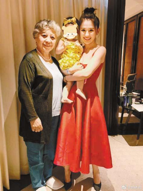 熱依扎曬出和媽媽以及女兒的 合照。 網上圖片