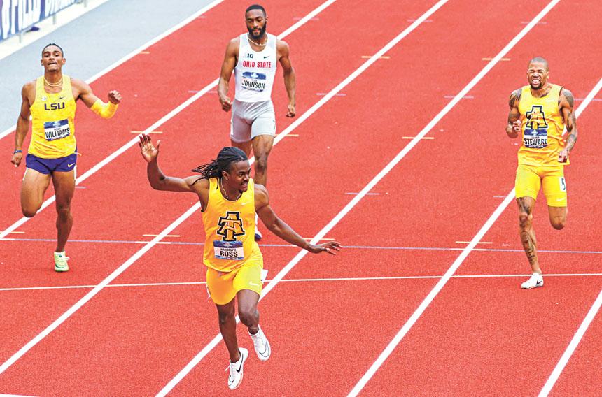 男子400米比賽中,20歲美國天才新星羅斯(前)在衝線奪冠後後招手致意。美聯社