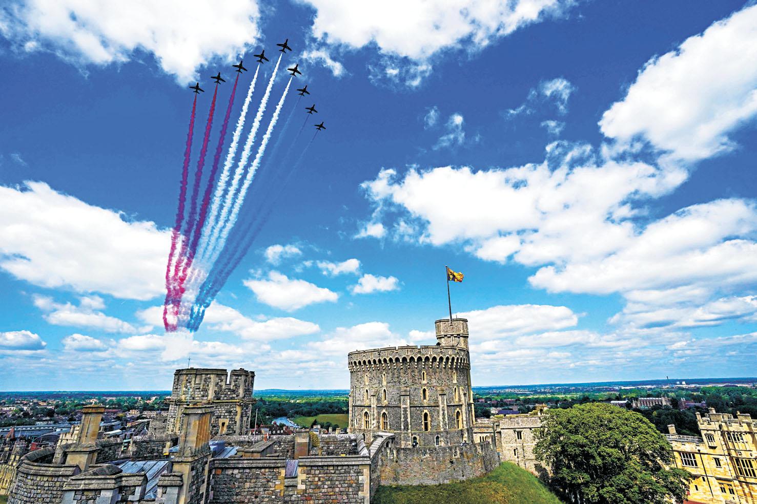 英國皇家空軍「紅箭」特技飛行隊在上空飛越溫莎堡。法新社