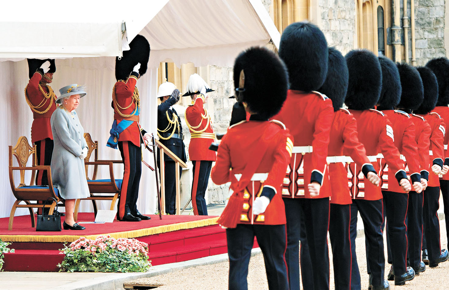 英女王伊利沙伯二世(左)在溫莎堡主持閱兵,慶祝95歲生日。法新社