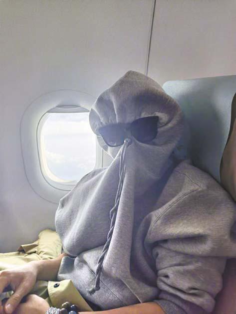 陳學冬用帽子把臉全部裹 了起來。 網上圖片