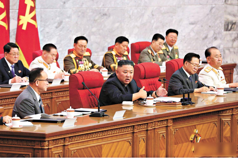 朝鮮領導人金正恩(前排左二)17日在會上發表講話,強調要為與拜登政府的對話或對決做好充分準備 。美聯社