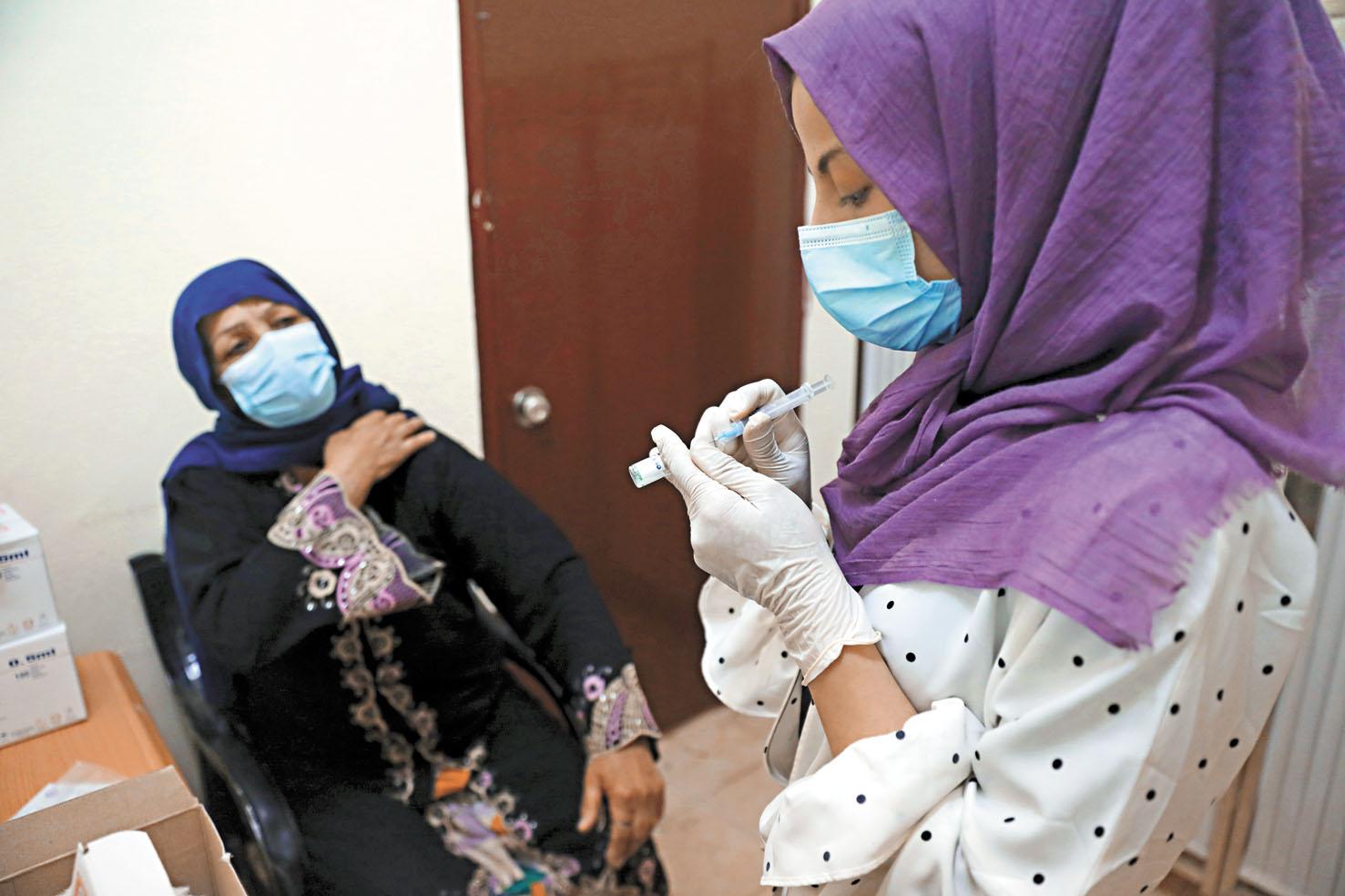 在阿富汗喀布爾,一名醫生準備為民眾注射新冠疫苗。美聯社