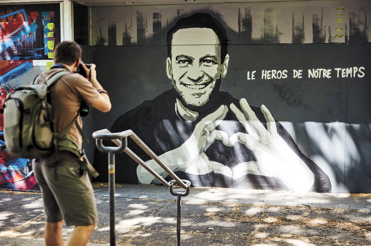 美國白宮官員表示,因俄羅斯反對派領袖納瓦爾尼被毒害及囚禁,美國考慮再度制裁俄羅斯。圖為早前美俄總統在瑞士日內瓦會面之前,當地藝術家創作的納瓦爾尼街頭塗鴉。路透社