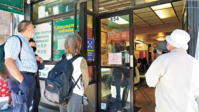 遊客在門外耐心等待席位。    記者黃偉江攝