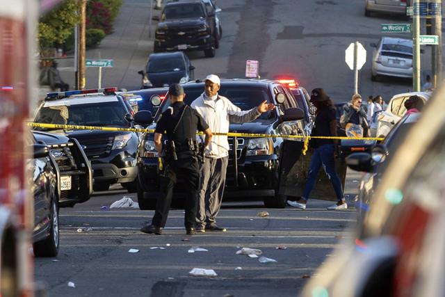 屋崙美麗湖畔6月19日傍晚發生槍案,共造成1死6傷,圖為大批警員在現場調查和收集罪證。Dylan Bouscher/灣區新聞集團/美聯社