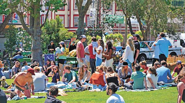 北岸區華盛頓公園,聚集了不再戴口罩的年輕人。           記者黃偉江攝