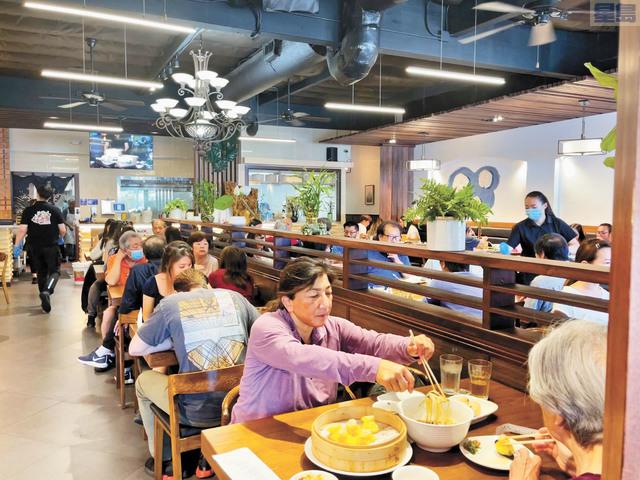 餐飲業逐步恢復,圖為聯合城鼎頂餐廳午餐時間滿座食客,還在門口設置了兩桌。記者張曼琳攝