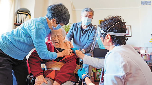 107歲的老壽星吳石垣退休針灸醫師在家接受疫苗接種。記者黃偉江攝