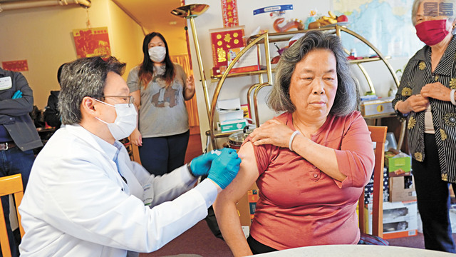 美亞醫療集團陳鴻傑醫生的疫苗接種小分隊上門為多個社區的長者接種疫苗。記者黃偉江攝