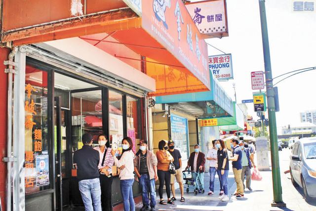 ■加州解封首日在屋崙華埠一餅家門口排隊的顧客,無一例外都配戴口罩。記者張曼琳攝