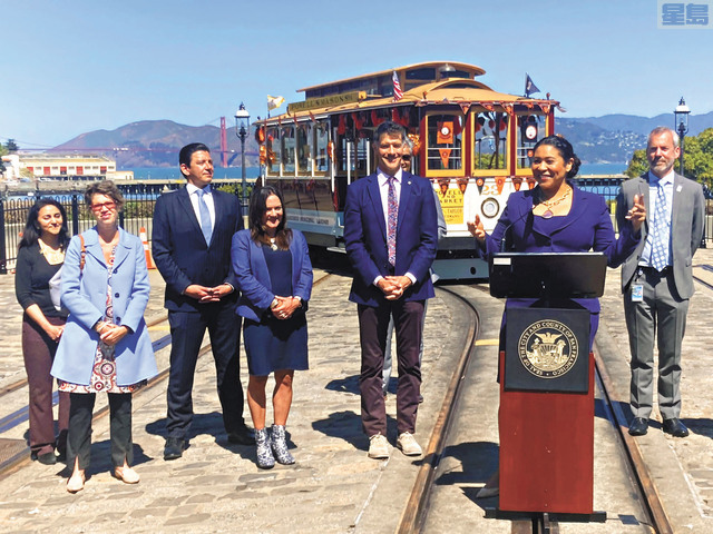 ■市長布里德等一眾市府官員宣布纜車服務於八月重啟。記者李兆庭攝