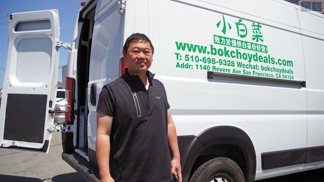 蔡偉明身後是他新購入的配送車。記者黃偉江攝