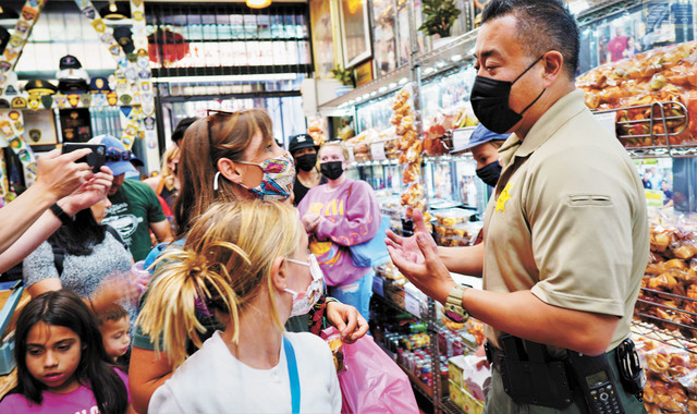 ■三藩市縣警局局長宮本來到金門幸運簽語餅家,探訪店東、問候前來購物的遊客。記者黃偉江攝