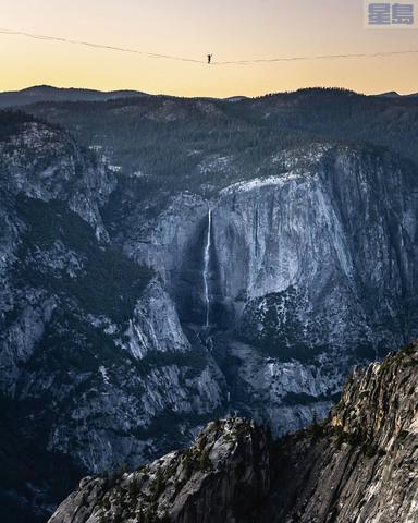 蒙特魯比奧兄弟完成優山美地最長走繩創舉,圖為弟弟丹尼爾走在離地1600呎的繩索上。 Scott Oller/Scott Oller Films/美聯社