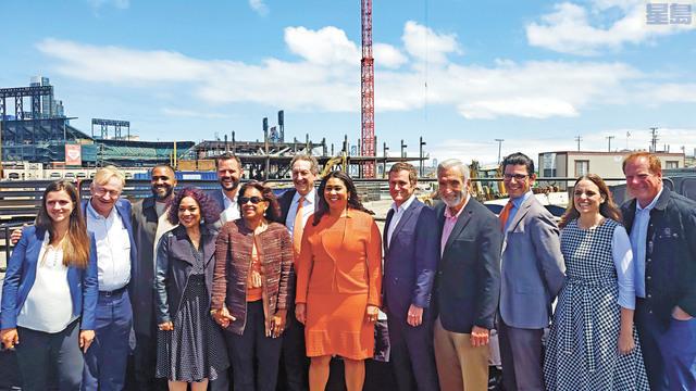 布里德與巨人隊及發展商代表合照,慶祝Mission Rock項目第一階段建築的進展。記者李兆庭攝