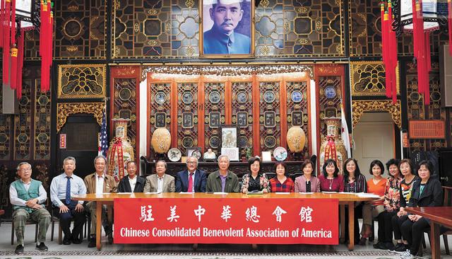 中華總會館與中華慧妍總會代表宣布,即日起接受三藩市應屆高中畢業生獎學金、助學金申請。記者黃偉江攝