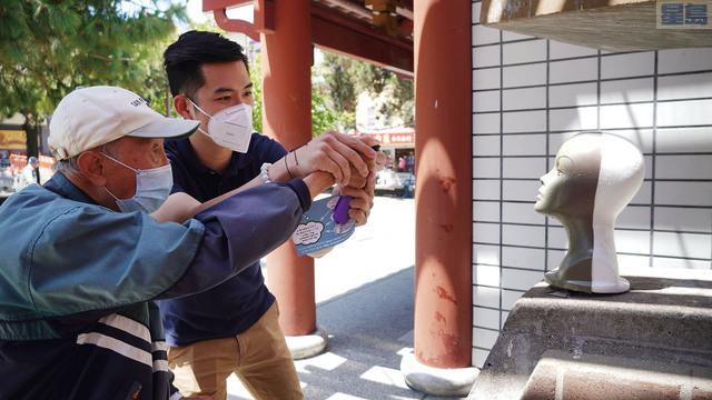 現場向長者模擬教授使用胡椒噴霧劑的方法。記者黃偉江攝