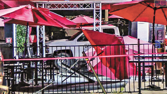 汽車撞向戶外用餐區。CBS電視畫面
