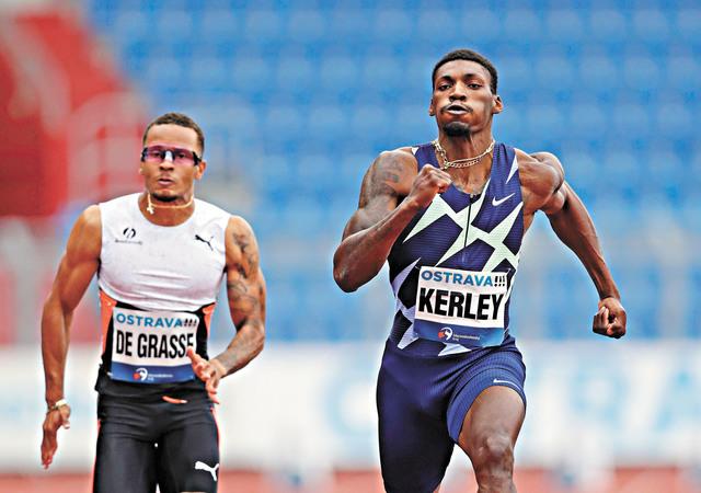 短跑名將科爾利(右)在不久前的男子100米比賽中奔跑。資料圖片