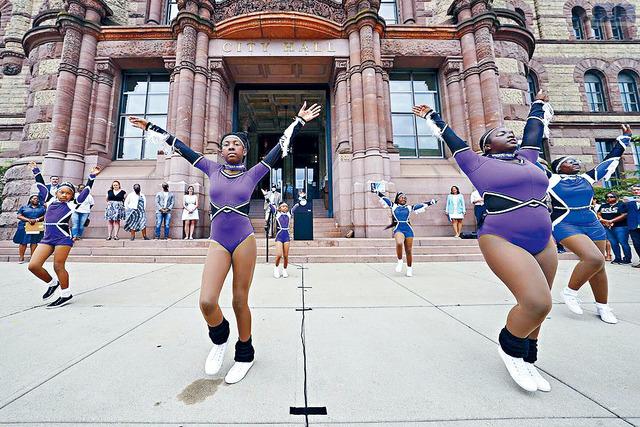 「六月節」正式成為假期之前,部分州的非裔都有紀念活動,圖為俄亥俄辛辛那提市政廳,少女們在跳舞。    美聯社