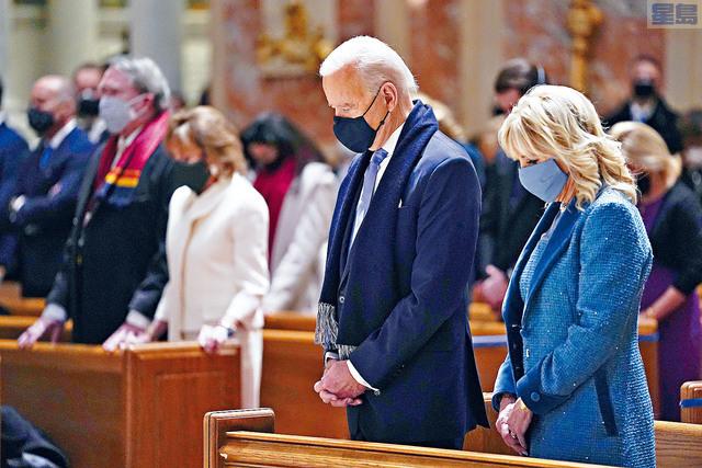 拜登和妻子在華盛頓特區的聖馬太使徒大教堂參加彌撒。    美聯社