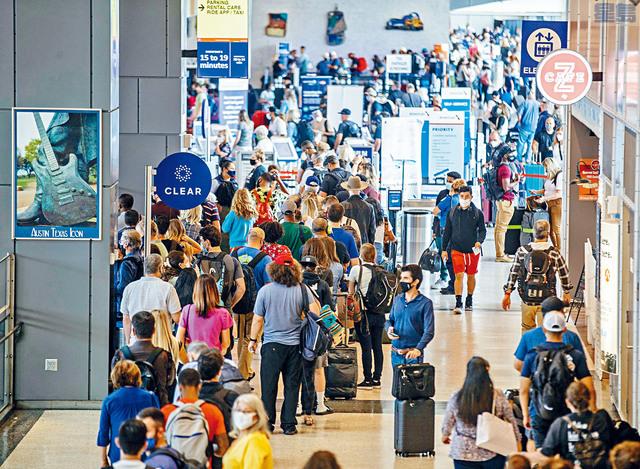■美國汽車協會估計,今年獨立日外遊的人數將突破4000萬,其中350萬人會乘坐飛機。圖為奧斯汀-伯格史東國際機場。statesman圖片