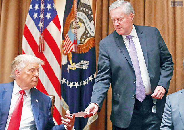 ■電郵揭示,前總統特朗普在任期最後幾個星期,曾聯同時任白宮幕僚長梅多斯(右)向司法部施壓,要求部門調查大選舞弊指控。路透社