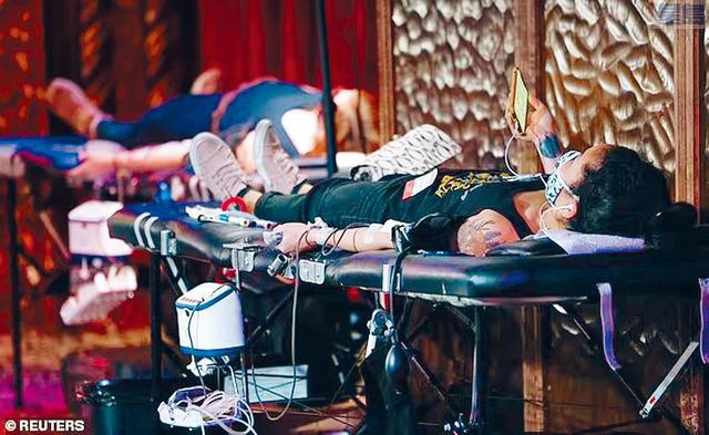 受到新冠疫情影響,去年全國取消了近2700次捐血活動。面對血庫告急,有些醫院被迫延後非緊急手術,直到血液供應穩定為止。路透社