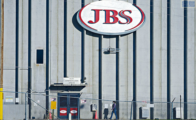 ■JBS美國子公司的首席執行官諾蓋拉稱,上周的網絡攻擊令多家工廠暫時關閉,導致公司向網絡犯罪分子支付了1100萬美元贖金。    美聯社