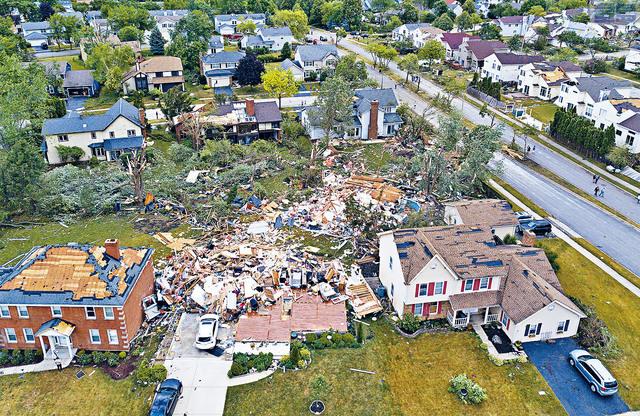 ■芝加哥市郊的內珀維爾,超過130棟房屋遭到破壞,至少8人受傷。     美聯社