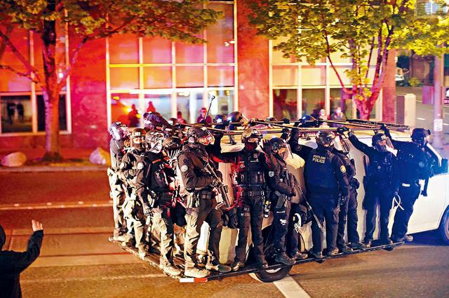 ■俄勒岡州波特蘭市警隊防暴隊集體辭職,抗議一名隊員被起訴在去年示威中執法時,涉嫌襲擊一名社會運動攝影師,他們堅稱該人當時是示威者之一。    俄勒岡人報圖片