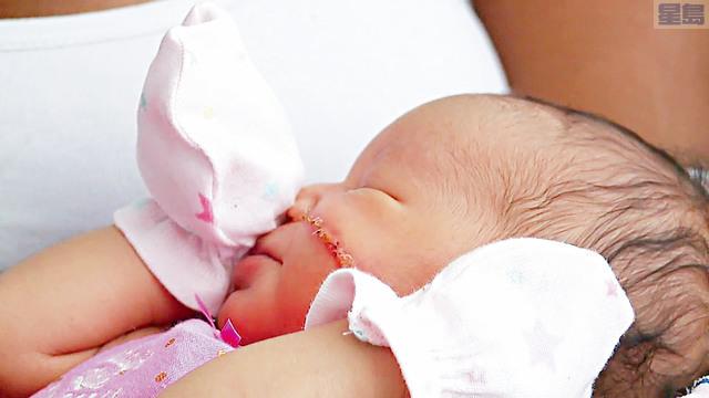■戴維斯的女兒臉部被割傷,需要縫13針,並且留下了又長又深的傷痕。     電視截圖