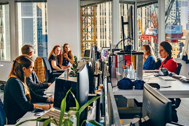 有調查顯示,大部分僱員認為混合工作場所是最佳選擇,反映企業需要盡快找出全新的工作模式。華爾街日報圖片
