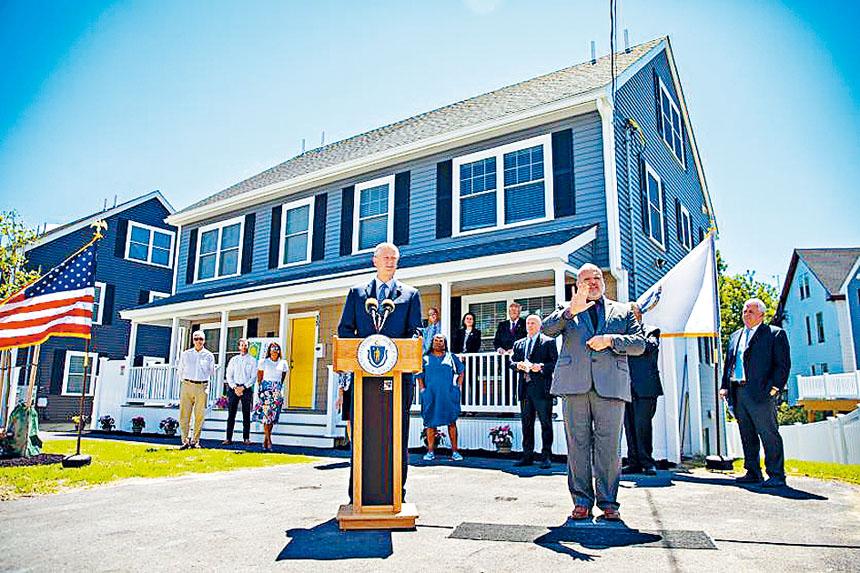 州長查理•貝克(Charlie Baker)在宣布聯邦救援資金直接投資計劃。麻州政府官網