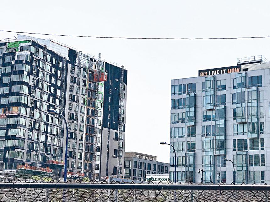 波士頓中心一在建住房,住房是22財年預算一大重點。溫友平攝