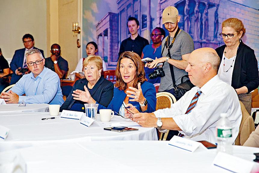 副州長卡琳•波利托(Karyn Polito)在全州小型企業對話之旅首站上與企業會談。州政府供圖