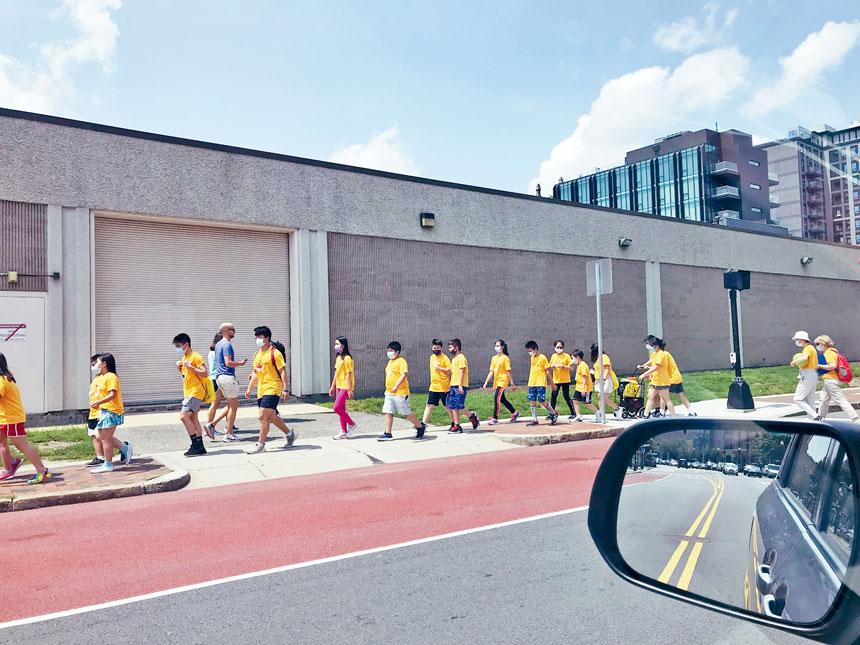 7月16日中午,參加政府資助的青少年暑期項目訓練的一群青少年學生走在波士頓城市街頭。 溫友平攝